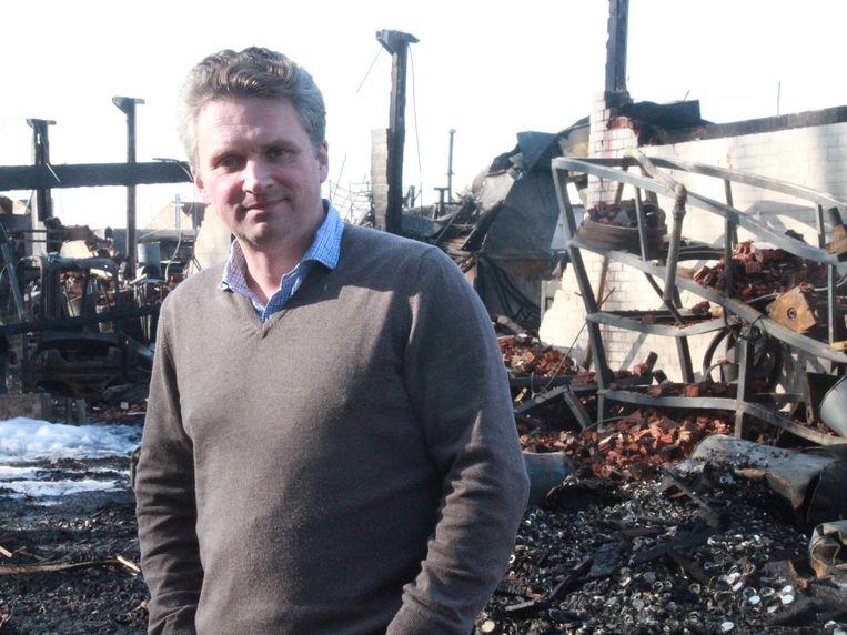 Zaakvoerder Stevan Vanhauwaert bij zijn uitgebrand bedrijf.