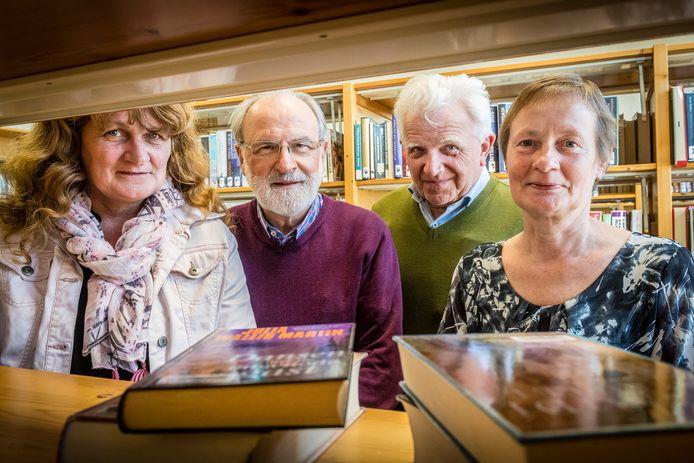 Voorzitter Adri Damen (tweede van links) van de bibliotheek in Huijbergen vindt het halveren van het krediet voor een nieuwe locatie tot 150.000 euro onacceptabel.
