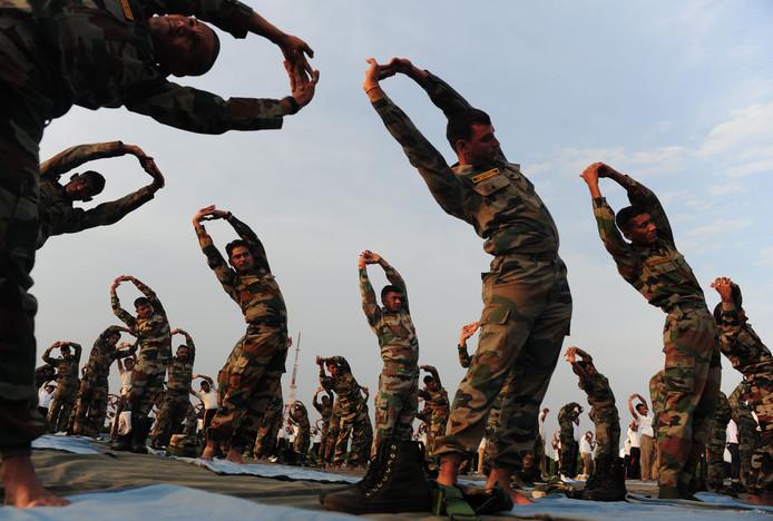 Indiase soldaten rekken en strekken op yoga-dag in Chennai