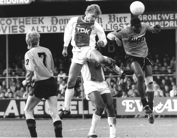 Dennis Bergkamp kopt raak in de uitwedstrijd tegen Volendam (0-3) in 1988.