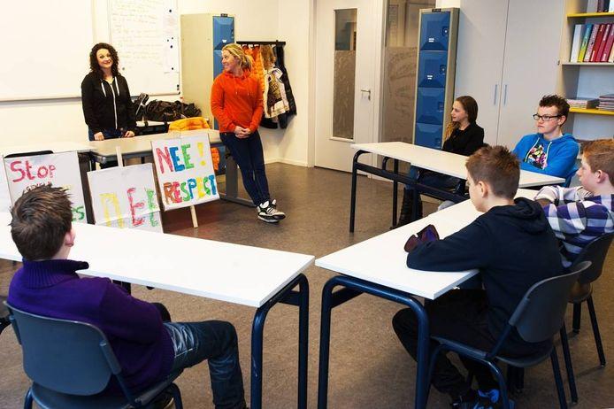 Mandy Pijnenburg (links) en Sandy Verschuren geven voorlichting op Parcours in Tilburg.