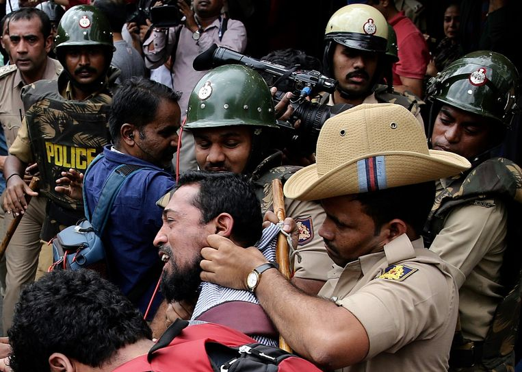 In Bangalore worden demonstranten gearresteerd door de politie. De betogers namen het op voor studenten van een universiteit die protesteerden tegen de nieuwe wet.  Beeld EPA