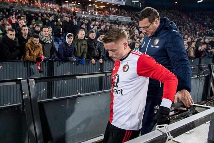Sam Larsson verlaat geblesseerd het veld tijdens Feyenoord - FC Groningen (3-0) van afgelopen donderdag.