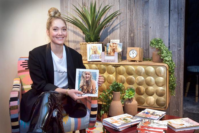 Rens Kroes, de zus van Doutzen, is in Huissen om haar kookboek te signeren en promoten.