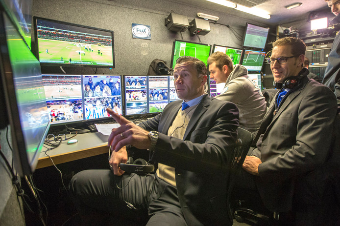 Scheidsrechter Pieter Vink en Mike van der Roest (rechts) in januari bij de wedstrijd tussen Feyenoord en Heerenveen. Het was een van de proeven van de KNVB met videoarbitrage.