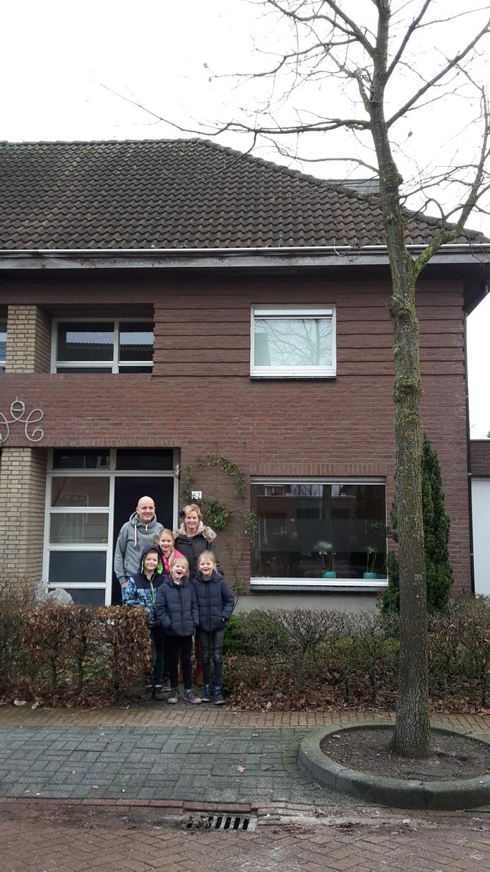 Heidy Verschuren met man en kinderen voor de inmiddels verkochte woning aan de Akkerweg in Helmond.