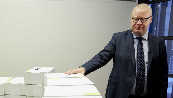 Roland van Vliet, voorzitter van de enquetecommissie, neemt een kijkje in de Vondelkamer van het parlementsgebouw waar Kamerleden hun exemplaar van het rapport van de Parlementaire Enquetecommissie Woningcorporaties kunnen afhalen.