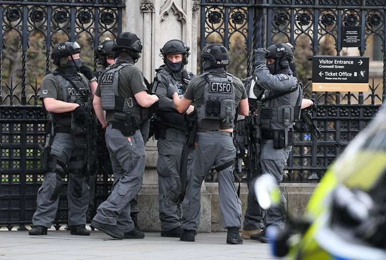 Gewapende politie bij het Britse parlementsgebouw. Beeld EPA