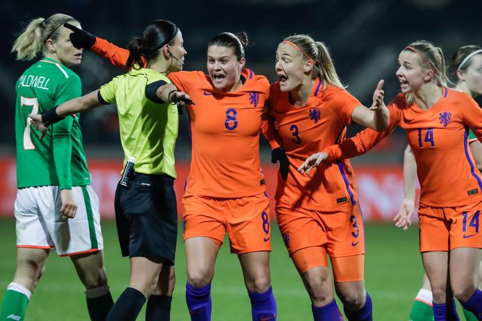 Sherida Spitse, Stefanie van der Gragt en Jackie Groenen schreeuwen om een penalty in de blessuretijd van het eerste duel