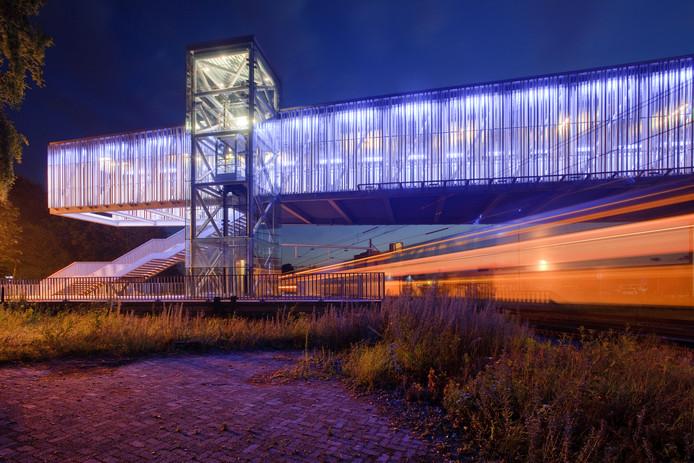 Bij station Barneveld-Noord is al een transferium. Het idee van een tijdelijke intercitystop aldaar is dat automobilisten tijdens de aanpak van knooppunt Hoevelaken sneller geneigd zijn de trein te pakken om files te voorkomen.