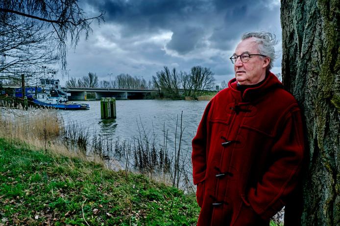 Dick Barendrecht woont het dichtst van allemaal bij de Wantijbrug, die nog twee maanden dicht is voor renovatie. ,,Wat een rust, heerlijk he?''