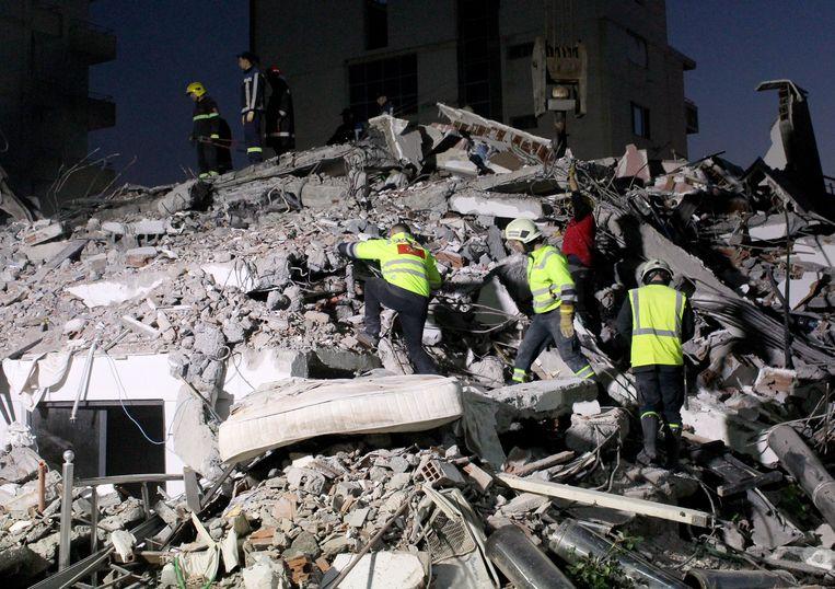 Reddingswerkers na de zware aardbeving n Albanië.