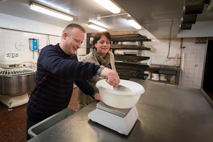 Christian en Angelique Gerdsen in de bakkerij in de kelder van De Assenburg.
