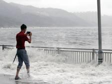 Water, glas en mensen vliegen in het rond in Hongkong