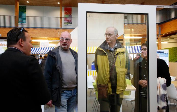 Michel Sinke, links, geeft uitleg over verwarmde ruiten.