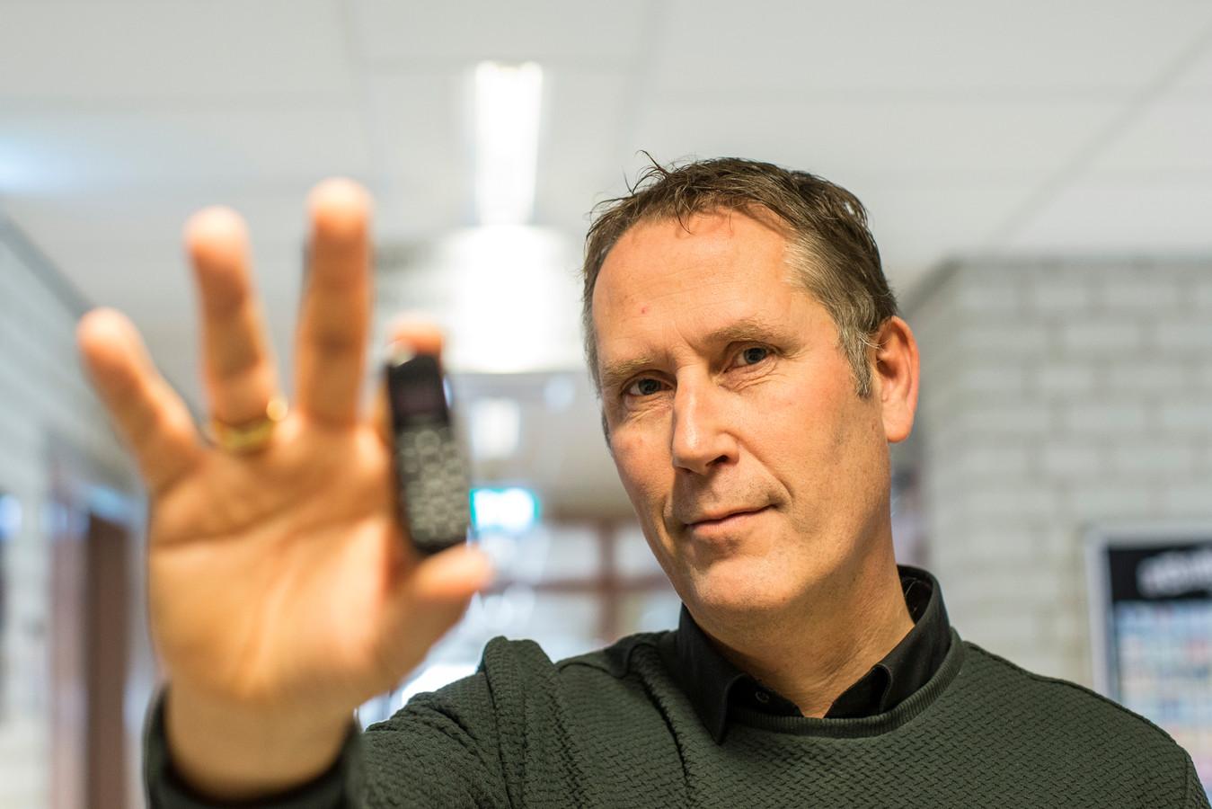 Directeur Danny Vette van PI Achterhoek in Zutphen toont een zogenaamde duimtelefoon die eerder tijdens een fouillering in beslag is genomen. ,,Wordt anaal ingebracht en meegesmokkeld.''