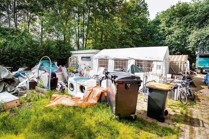 De achterkant van de woonwagen in Tubbergen waar de politie de familie B. oppakte.