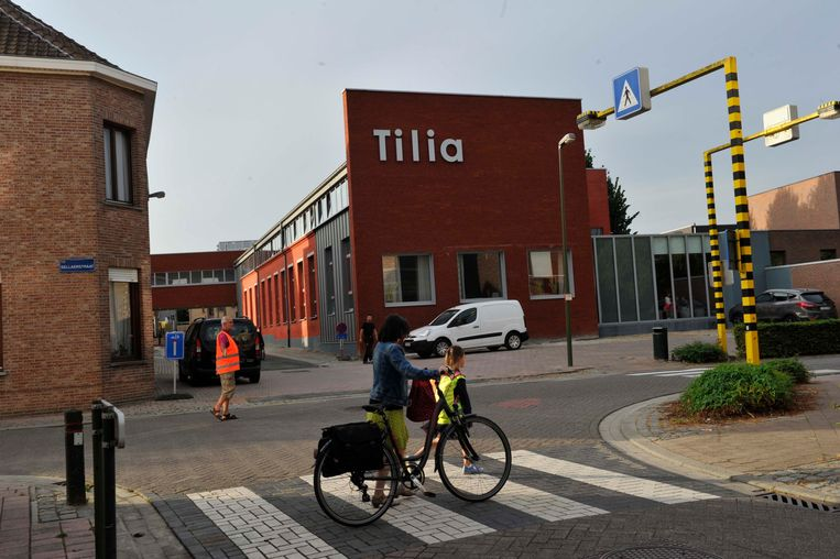 De ingang van basisschool Tilia. Een toevallige fietser loopt met het rijwiel aan de hand in beeld. De school raadt leerlingen af om met de fiets te komen.