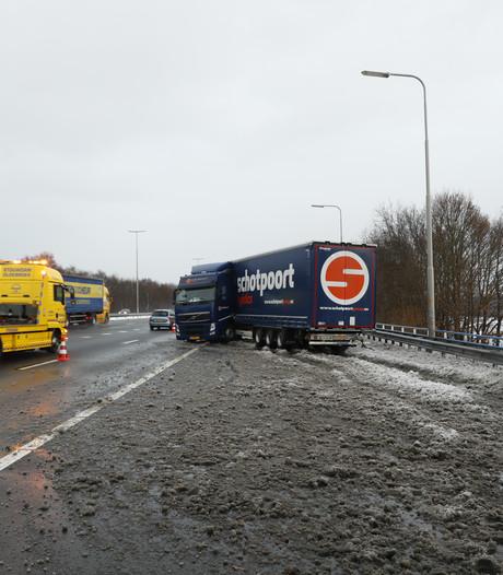Geschaarde vrachtwagen zorgt voor verkeershinder op A50 en A28
