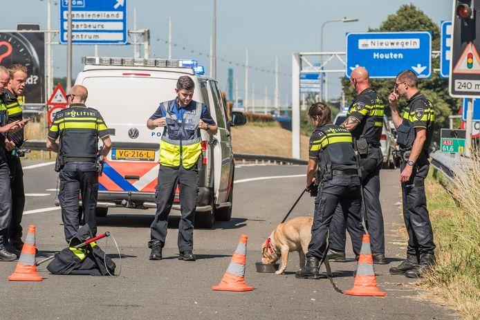 De hond werd bij de A12 opgevangen en kreeg meteen wat water.