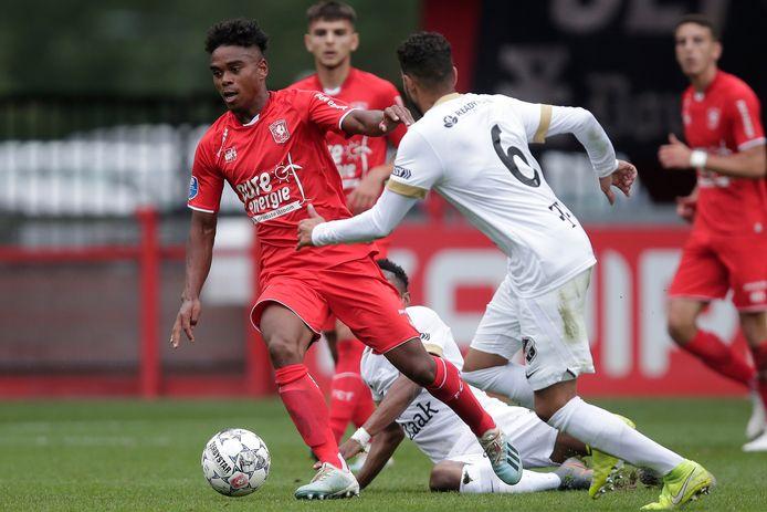 Godfried Roemeratoe in actie tijdens FC Twente-FC Utrecht.