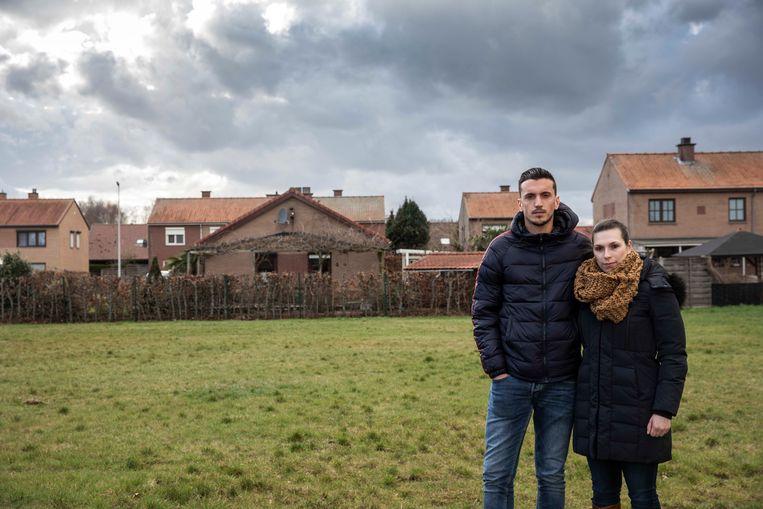 Jonas en zijn vriendin Tessa op de bouwgrond die ze hebben gekocht.