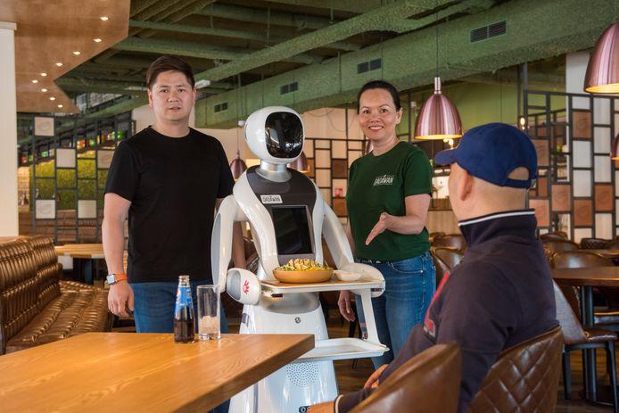 Bij Dadawan gaan ze gebruik maken van robots die mensen bedienen aan tafel. Links staat eigenaar Danny Deng.