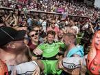 Uitzinnige vreugde in stadion FC: fans rennen het veld op