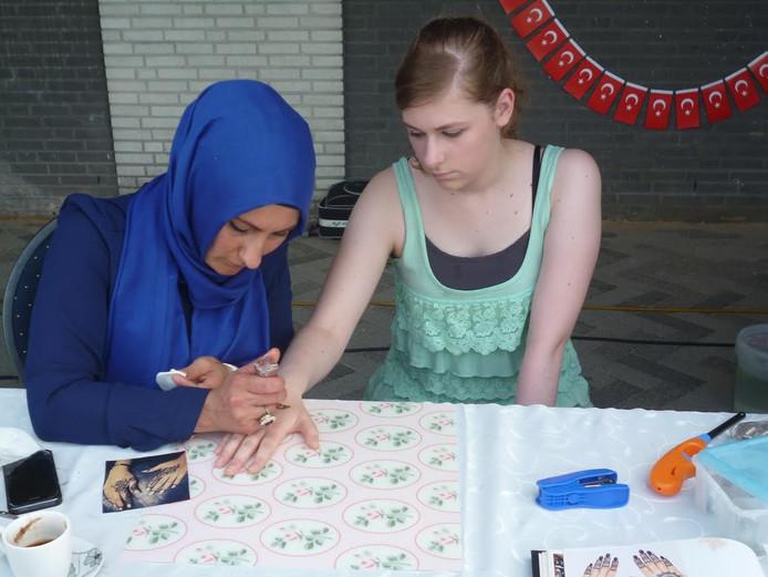 Tijdens de 'Dag' konden passanten ook een hennah-tattoo nemen.