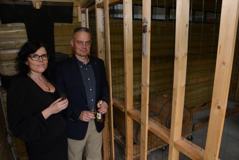 Katia Henau en Benedikt Sas in de opslagruimte waar intussen de volgende tonnen Wase whisky aan het rijpen zijn.