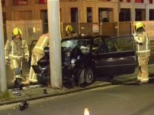 Auto crasht op paal bij Trekvlietbrug, twee gewonden