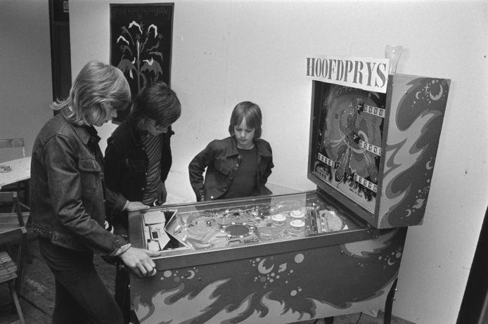 Jongens kijken naar het flipperen van hun vriendje (1976).