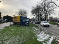 Vrachtwagen glijdt in de berm in Waddinxveen