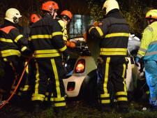 Man en vrouw zwaargewond bij botsing tegen boom in Breda