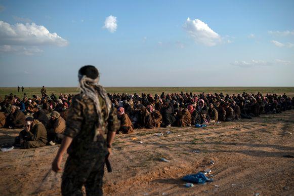 Potentiële IS-strijders worden gescreend door de Syrische Democratische Strijdkrachten (SDF), onder leiding van de Koerden.