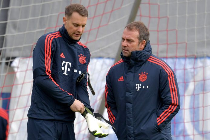 Hansi Flick (rechts) op de training van Bayern met Manuel Neuer.