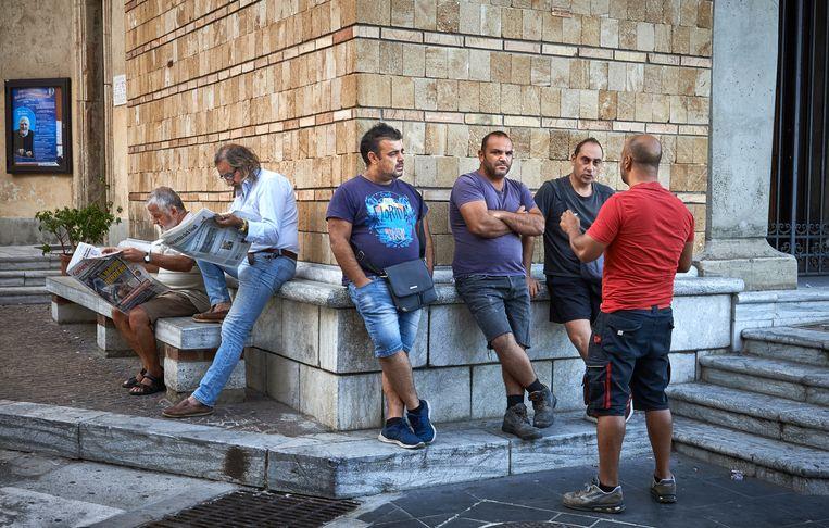 In Scilla wachten mannen op een klusje. Beeld Theo Stielstra