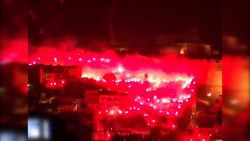 Supporters zetten stad in lichterlaaie na behalen van titel