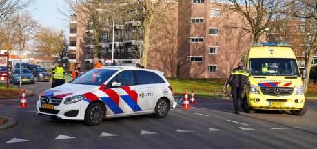 Fietsster gewond naar het ziekenhuis na botsing met auto in Oss