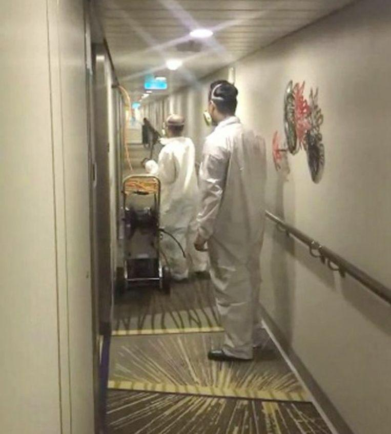 Bemanningsleden desinfecteren het hele schip.