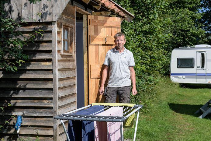 Hennie Lentink bij een van de comforthuisjes op zijn camping.