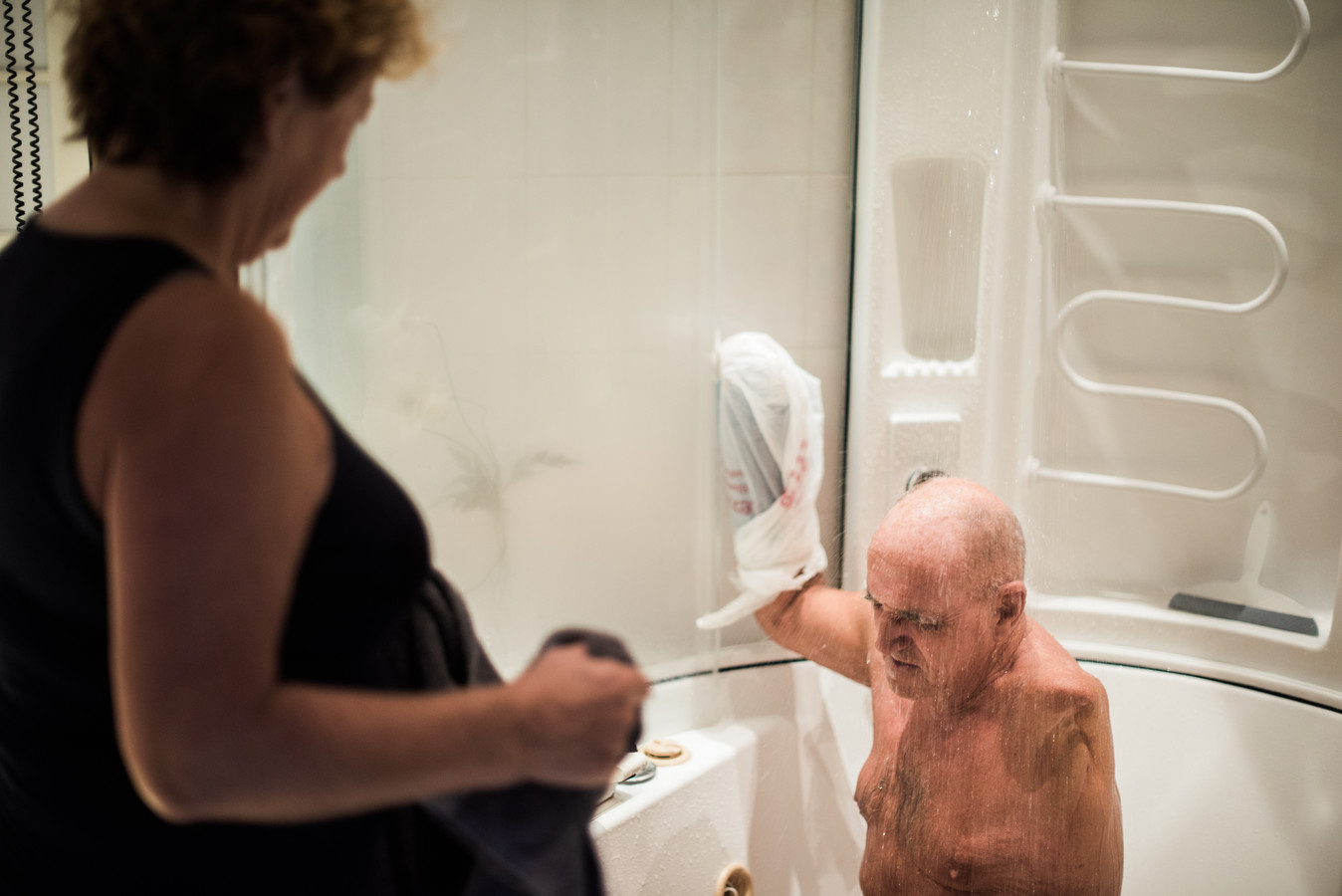 """Wassen, aankleden, scheren, de deksel van het jampotje draaien. ,,Mijn moeder moet heel veel doen."""""""