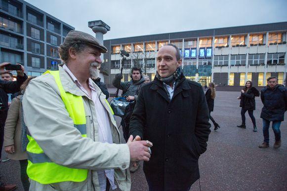 Marko Kleijn, het gezicht van de acie van de gele hesjes, ontmoet burgemeester Wim Dries op het stadsplein.