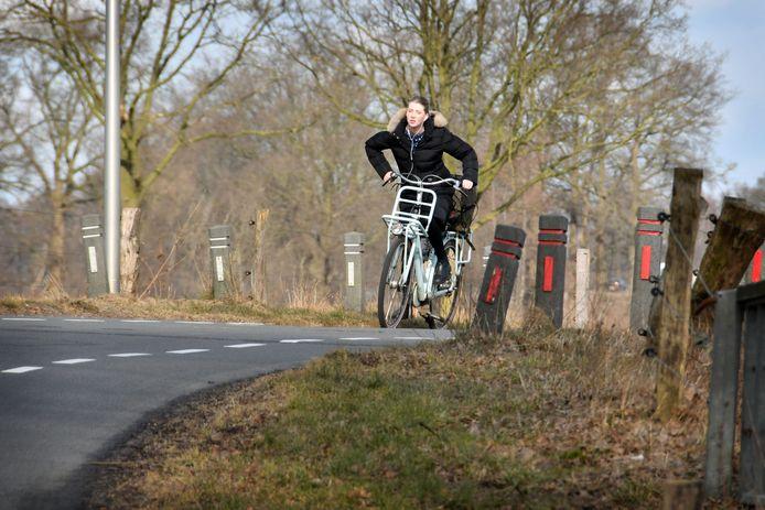 Een fietser op de Ypeloweg. Politieke partijen willen een fatsoenlijke fietsverbinding tussen Enter en Almelo/Wierden.