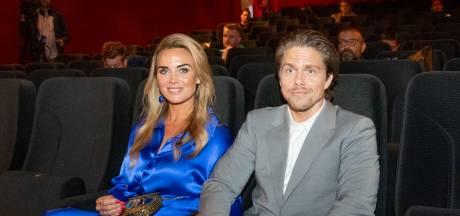 Nerveuze André en Roxeanne Hazes sluiten elkaar in de armen: 'Het lijkt wel of pa hierachter zit'
