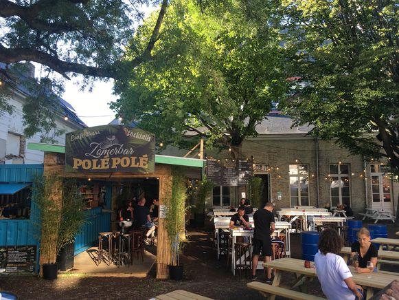 De zomerbar van PoléPolé in de Bibliotheekstraat.