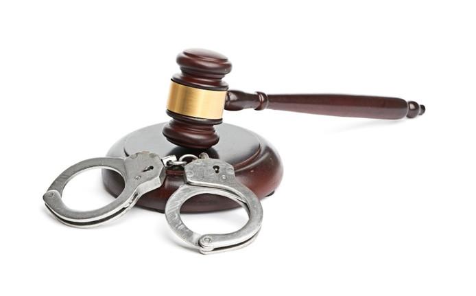 Patrick van der E. blijft voorlopig vastzitten, ondanks een verzoek van zijn advocaat hem op vrije voeten te stellen. De officier van justitie acht de kans op herhaling van de incidenten groot.