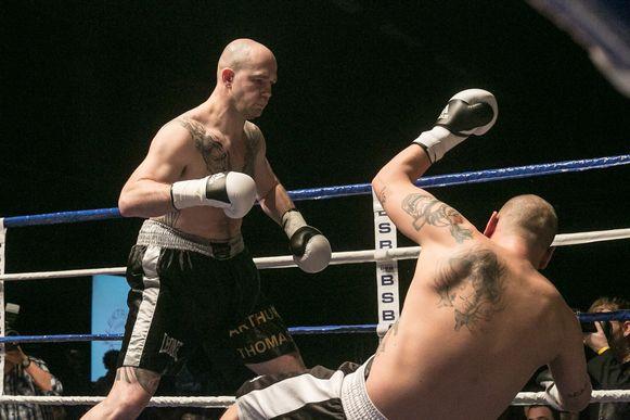Bert Vanmechelen slaat Eichhols Vladimir hier tijdens een boksgala in Sint-Truiden K.O..