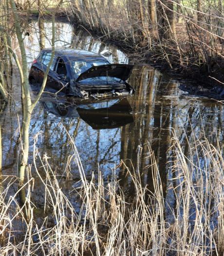 Auto komt na ongeval in water terecht in Ambt Delden