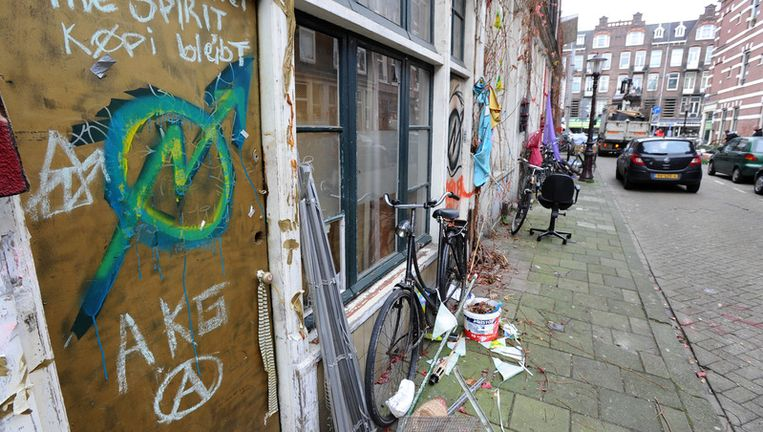 Kraakpanden in de Schoolstraat in Amsterdam. De gemeente was van plan dinsdag enkele panden te ontruimen, maar dat houdt het Hof nu tegen. Foto ANP Beeld
